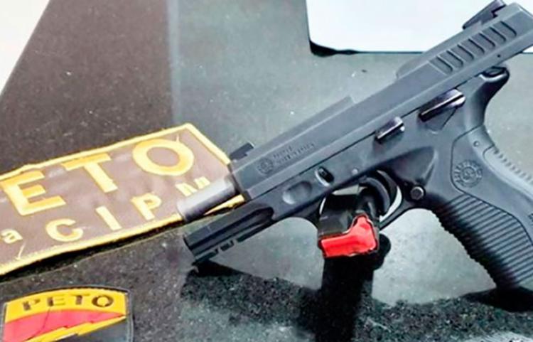 Com Rafael, foi encontrada uma pistola calibre 380 e munições - Foto: Reprodução | Teixeira Hoje