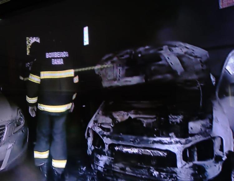 Moradores apagaram as chamas - Foto: Reprodução   RecordTV