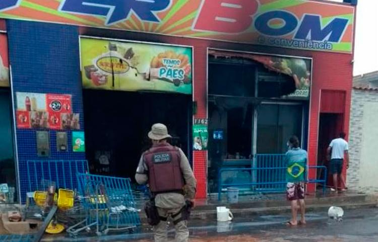 Forro do imóvel caiu e prateleiras e produtos ficaram destruídos - Foto: Reprodução | Irecê Repórter