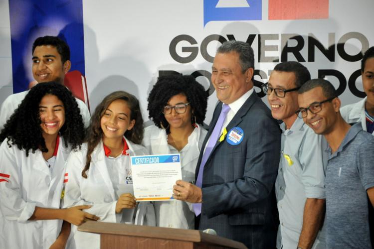 Governador e alunos no lançamento do programa - Foto: Felipe Iruatã l Ag. A TARDE