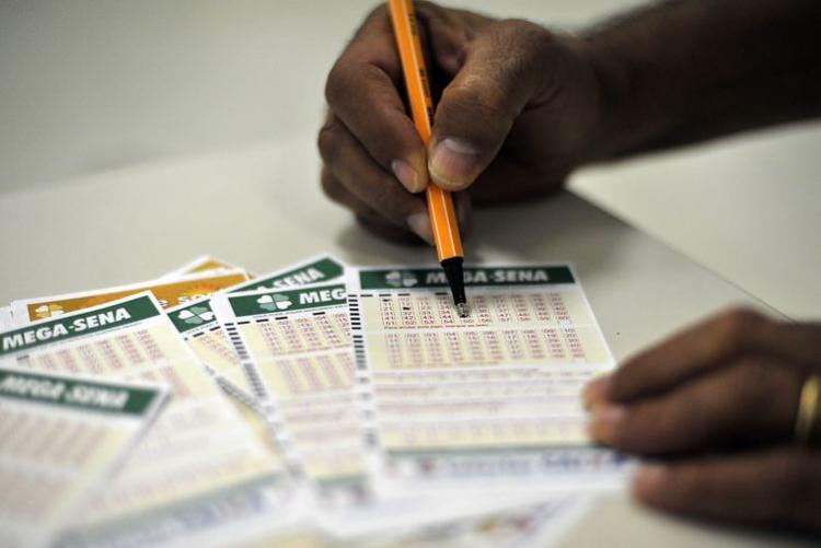Seis dezenas do concurso 2.189 serão sorteadas no Espaço Loterias Caixa - Foto: Marcello Casal Jr.   Agência Brasil