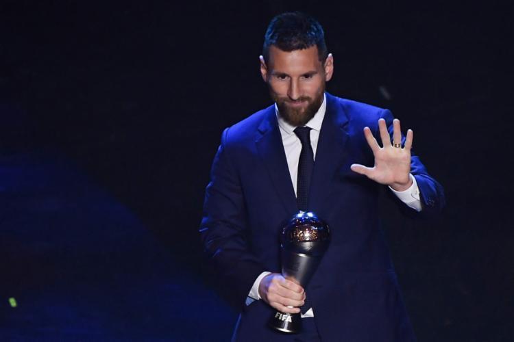 Messi volta a ser escolhido o melhor do mundo após quatro anos, superando Cristiano Ronaldo, da Juventus, e o holandês Virgil Van Dijk, do Liverpool - Foto: Marco Bertorello l AFP
