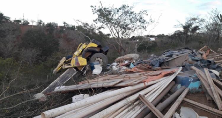Veículo tombou em estrada vicinal entre Várzea Nova e Miguel Calmon - Foto: Reprodução   Calmon Notícias
