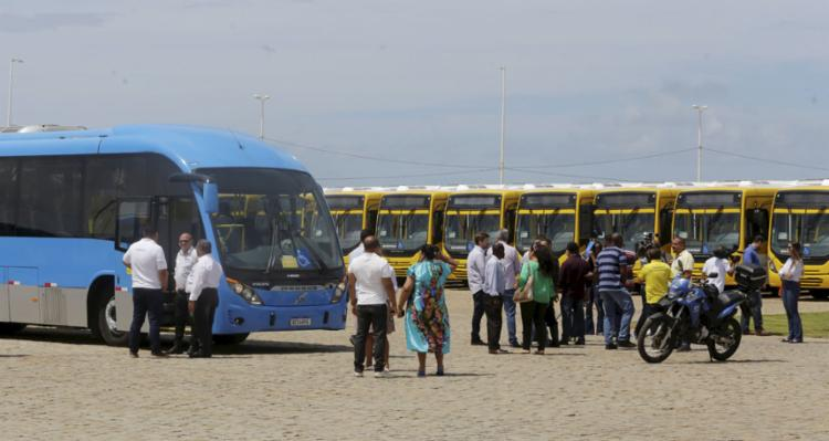 Novos ônibus com ar-condicionado e veículo do sistema BRT (azul) - Foto: Luciano da Matta l Ag. A TARDE