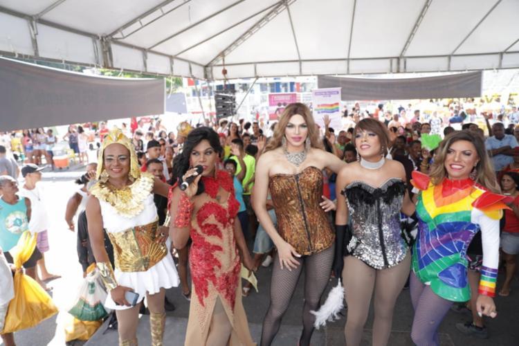 Drag queens com shows performáticos animam os participantes - Foto: Uendel Galter | Ag. A TARDE