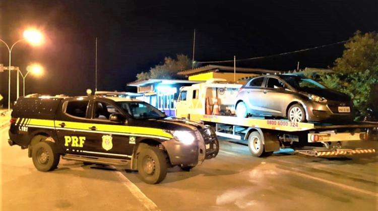 Os suspeitos estavam em posse de um veículo roubado no município de Camaçari - Foto: Divulgação | PRF