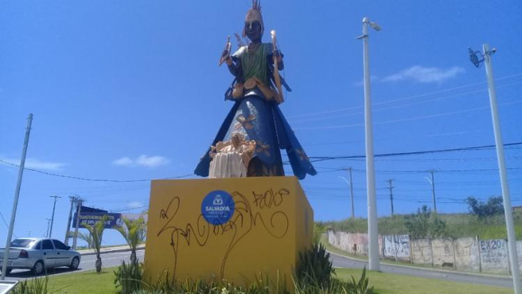 Obra que amanheceu com pichações e teve a placa com a marca da Prefeitura arrancada - Foto: Divulgação   Secom