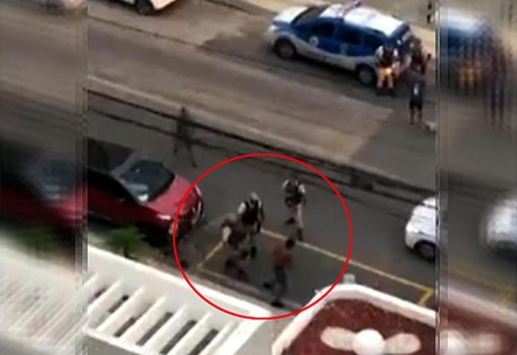 A ação policial para prender Rodrigo foi filmada por morador de um edifício - Foto: Reprodução l Rede Bahia