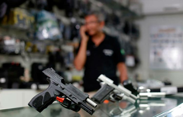 Medida garante ao dono de uma fazenda, por exemplo, o direito de andar com uma arma em sua propriedade - Foto: Raul Spinassé / Ag. A Tarde