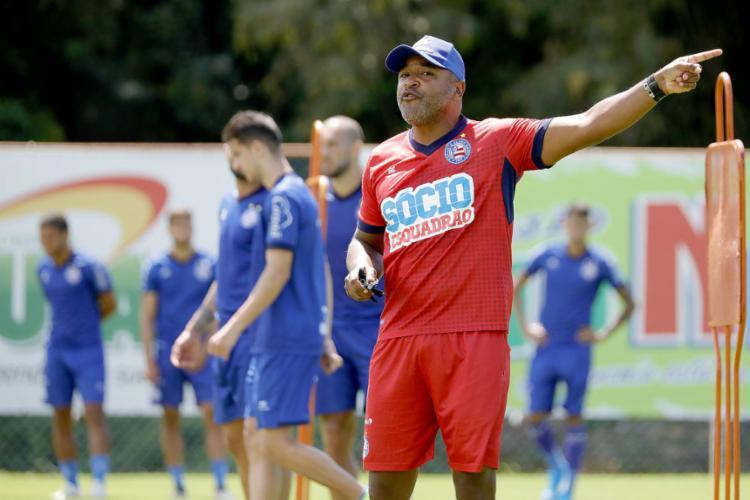 Roger Machado orienta os comandados durante treino na Fazendão - Foto: Felipe Oliveira l EC Bahia