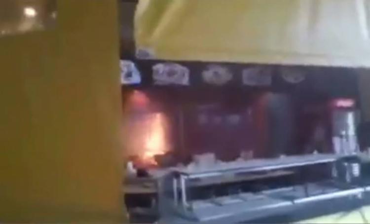 As chamas tiveram início em um tacho de óleo presente na cozinha do estabelecimento - Foto: Reprodução