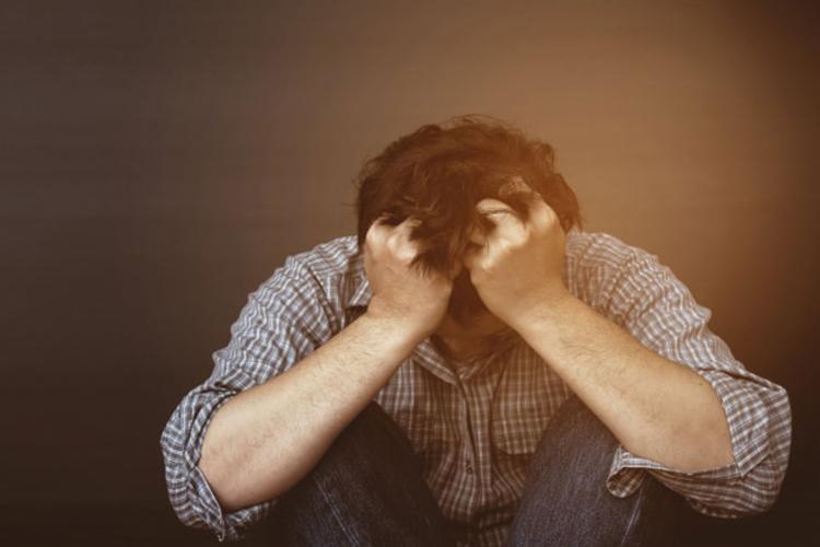 A OMS estima que cerca de 800 mil pessoas morrem por suicídio por ano - Foto: Divulgação | Freepik
