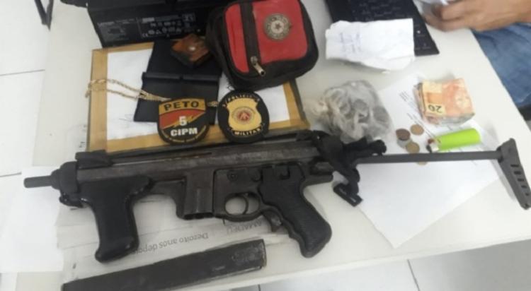 Arma, munições e trouxas de maconha foram encontrados - Foto: Divulgação | SSP