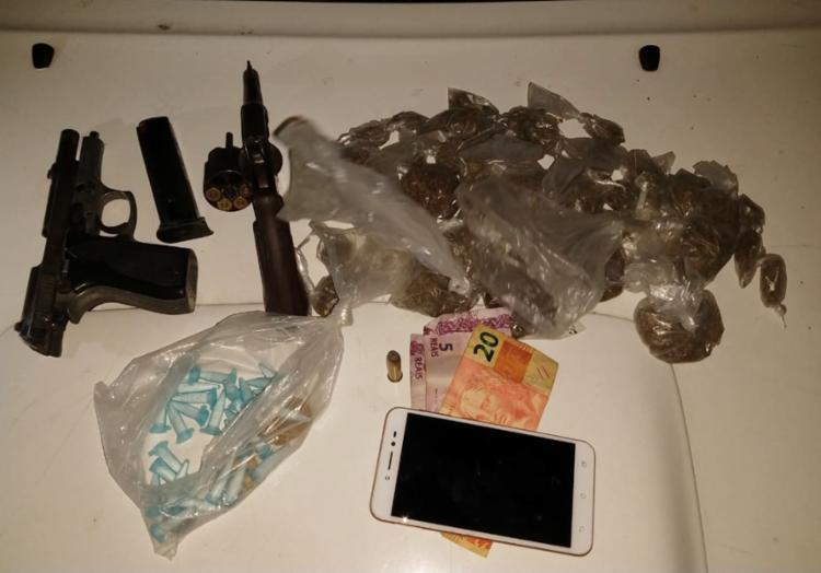 Com os suspeitos foram apreendidas armas, drogas, dinheiro e um celular - Foto: Divulgação | SSP