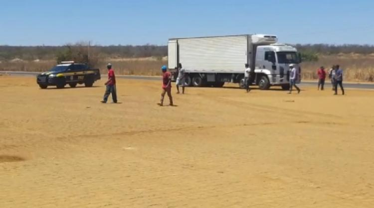 Trabalhadores estavam sendo transportados soltas no baú, em condições inseguras e degradantes - Foto: Divulgação | PRF
