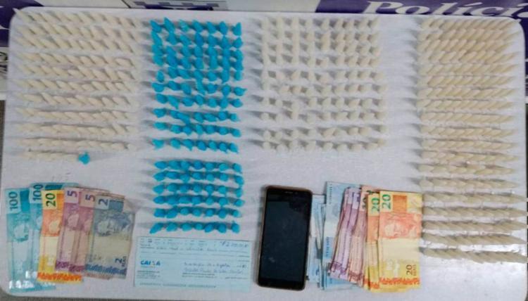 Também foram apreendidos um cheque no valor de R$ 2,7 mil, dois celulares e uma quantia em dinheiro - Foto: Divulgação | Polícia Civil