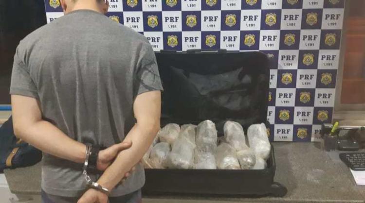 Suspeito receberia R$ 5 mil para transportar a droga da cidade de Foz do Iguaçu até a capital baiana - Foto: Divulgação | PRF