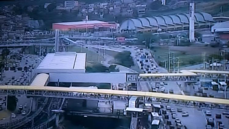 Trânsito é intenso na avenida Paralela - Foto: Reprodução | TV Record Bahia