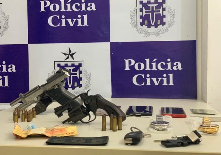 Com o trio foram apreendidos uma pistola de uso restrito, um revólver calibre 38, carregador, munições, um carro, uma motocicleta e três celulares - Foto: Divulgação   SSP