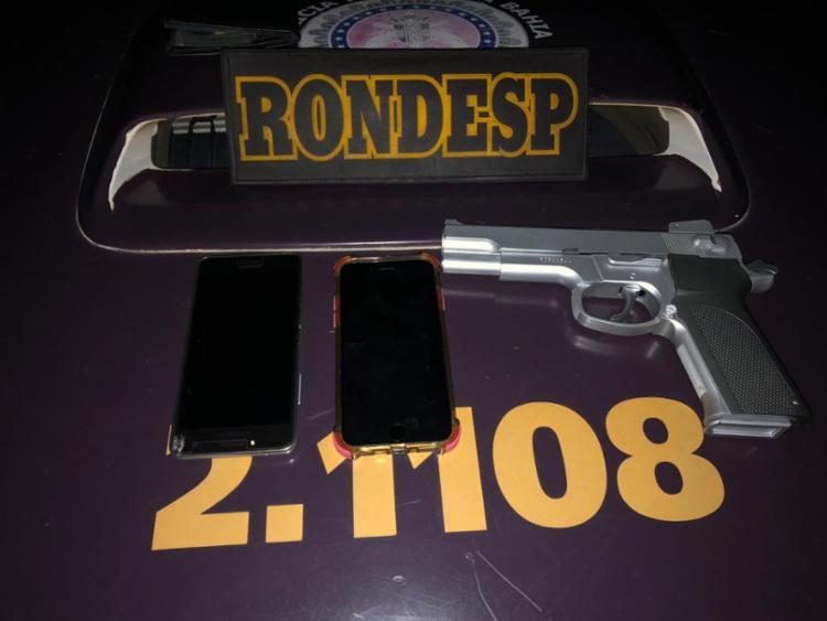 Como trio foram apreendidos celulares e uma arma falsa - Foto: Divulgação | SSP