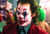 Joaquin Phoenix vive auge da loucura em Coringa | Foto: Divulgação