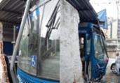 Motorista passa mal e colide ônibus em estabelecimentos | Shirley Stolze | Ag. A TARDE