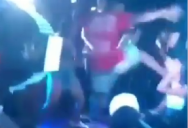 Momento exato em que o rapaz invade o palco e agride a jovem - Foto: Reprodução | Youtube
