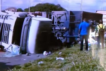 Caminhão de lixo tomba na BR-324 e trânsito fica lento na região | Reprodução | TV Record