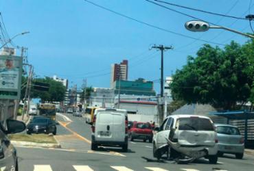 Carro fica destruído em acidente no Caminho das Árvores | Ashley Malia | Ag. A TARDE