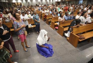 Fiéis participam da missa durante transmissão da cerimônia de canonização |