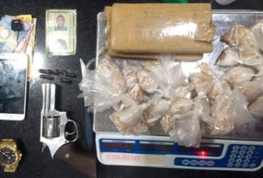 Homem é preso com arma e drogas dentro de casa em Eunápolis |