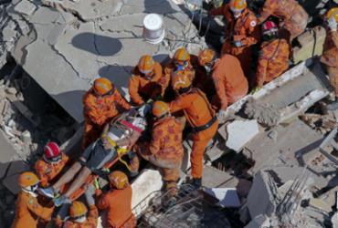 Nove são resgatados com vida de prédio que desabou em Fortaleza | Thiago Gadelha | Diário Nordeste | AFP