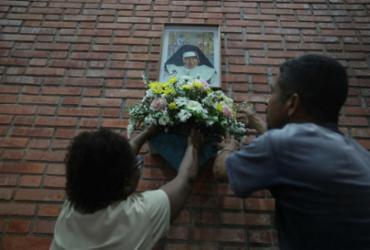 Fiéis ocupam santuário em vigília marcada pela devoção à freira |
