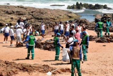 População se mobiliza para limpar óleo das praias de Salvador | Divulgação | Secom