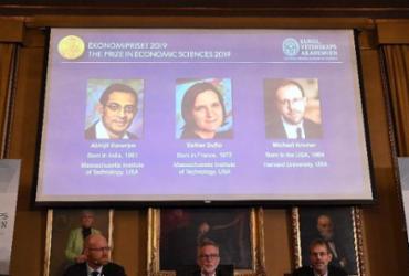 Nobel de Economia premia trio pelo combate à pobreza no mundo | Jonathan Nackstrand | AFP