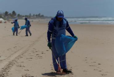 Partículas de óleo são retiradas das praias | Joá Souza | Ag. A TARDE