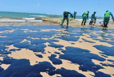 Mais de 20 toneladas de petróleo cru são retiradas das praias de Salvador | Shirley Stolze | Ag. A TARDE