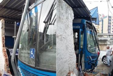 Motorista passa mal e colide ônibus em estabelecimentos na avenida Heitor Dias | Shirley Stolze | Ag. A TARDE