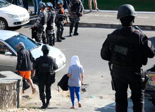 Policial que alegou ter viatura atacada foi um dos conduzidos em operação na Aspra | Alberto Maraux | SSP-BA