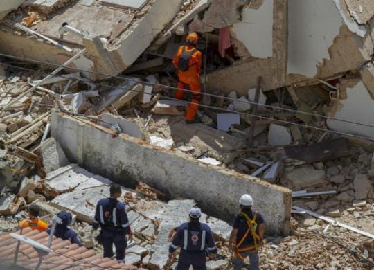 Bombeiros confirmam duas mortes no desabamento de prédio   Rodrigo Patrocinio   AFP