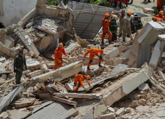 Pelo menos três sobreviventes estão sob escombros de prédio que ruiu em Fortaleza | Rodrigo Patricio | AFP