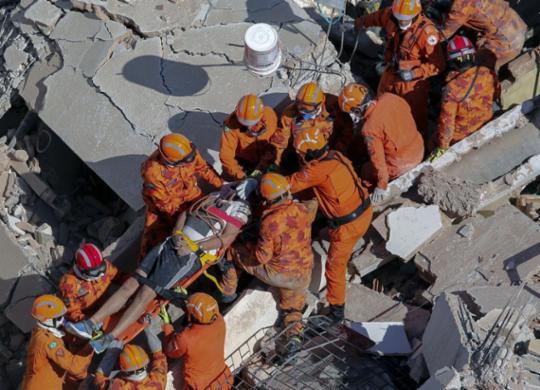 Nove são resgatados com vida de prédio que desabou em Fortaleza   Thiago Gadelha   Diário Nordeste   AFP