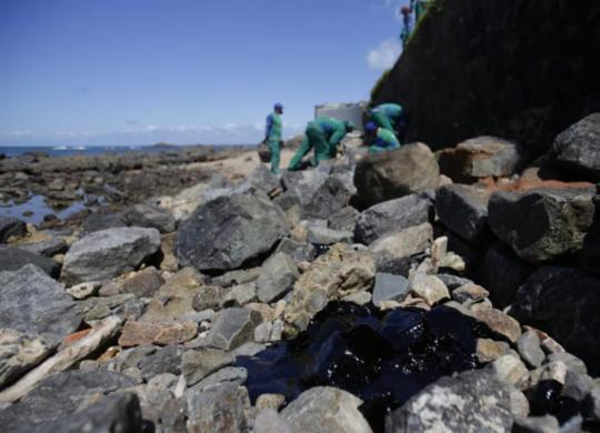 Manchas de óleo chegam ao Farol da Barra | Raul Spinassé | Ag. A TARDE