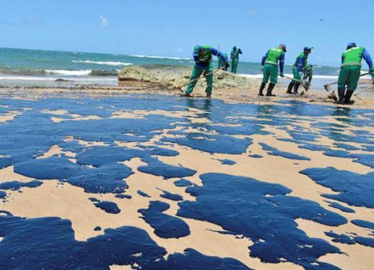 Mais de 20 toneladas de petróleo cru são retiradas das praias de Salvador   Shirley Stolze   Ag. A TARDE