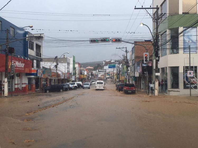 Tempestade dificultou o tráfego de veículos e pedestres