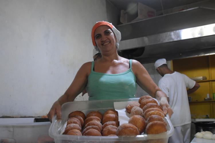 """Cida é a dona da """"fábrica"""" de sonhos, vendidos a R$ 1"""