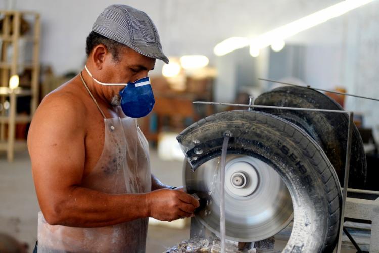 Antonio Lisboa faz carrancas de pedra em Petrolina (PE)