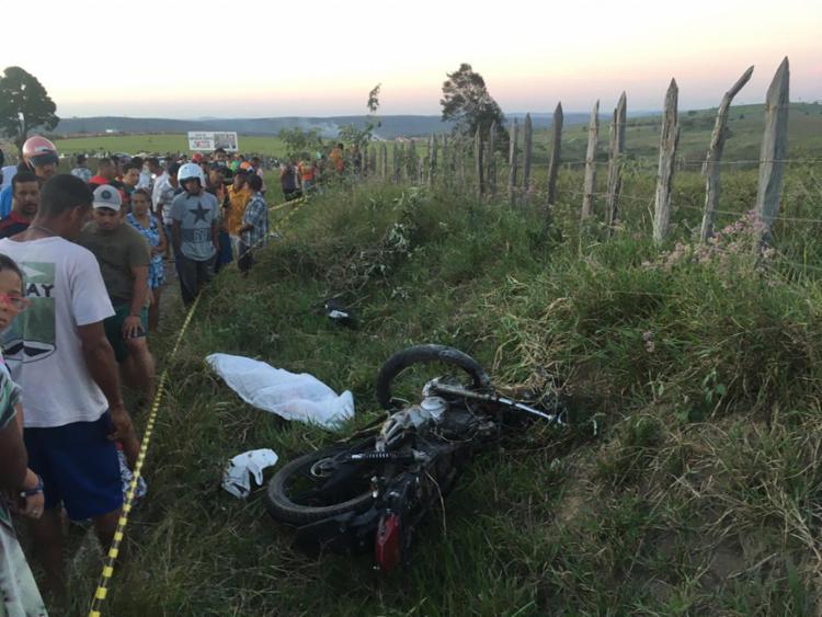 Homem e adolescente que seguiam na moto foram projetados para uma cerca de arame farpado e morreram no local