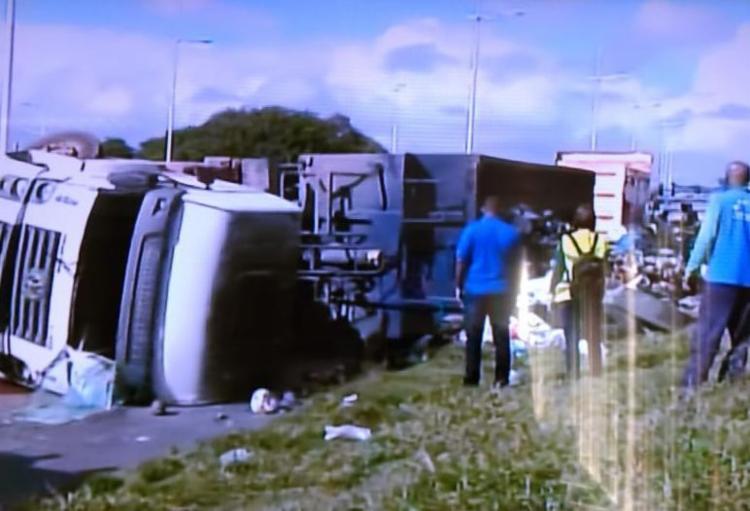 O motorista não ficou ferido e o lixo que se espalhou já está sendo retirado pelas caçambas. - Foto: Reprodução | TV Record