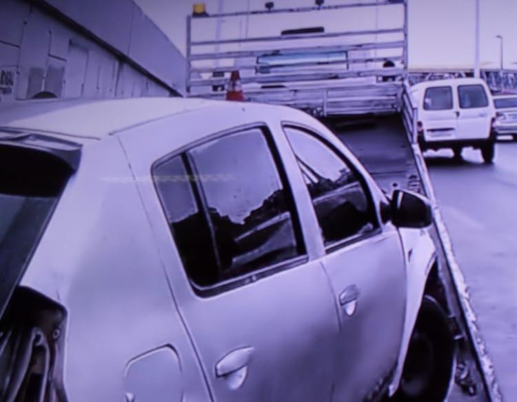 Carro ainda atingiu um poste - Foto: Reprodução | TV Record Bahia